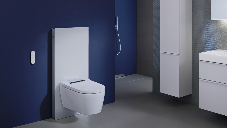 Dusch-WC Geberit AquaClean Sela mit Geberit Monolith in einem blauen Badezimmer