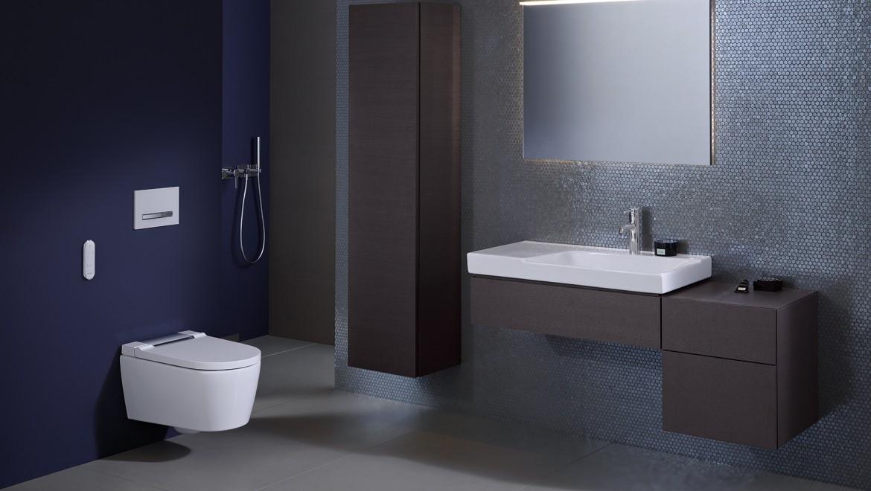 Geberit AquaClean Dusch-WC Sela in einem lila Badezimmer