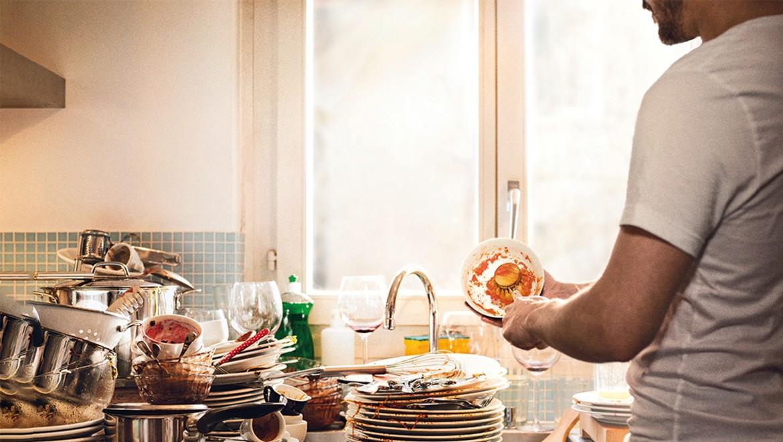 Lavage à l'eau - Un homme fait la vaisselle