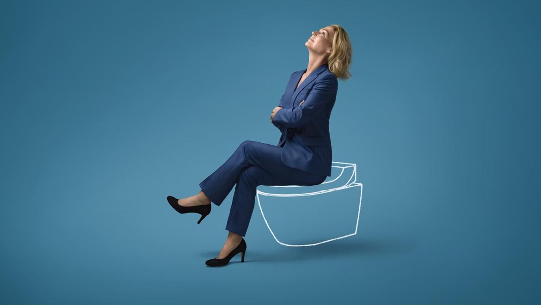 Hillary sitzt am Geberit AquaClean